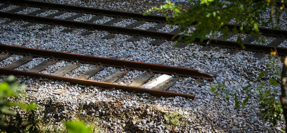 Fehler in der Rechtschreibung (Symbolbild): Bild von Gleisen, die abrupt enden.