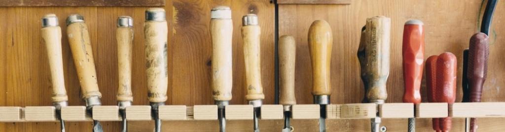Eine Reihe von Werkzeugen, nur die Griffe sind sichtbar (Symbolbild für Toolbox Rechtschreibprüfung).